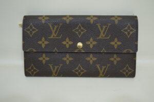 福岡県大野城市より、ヴィトンの財布に付いたシミを修復しました。