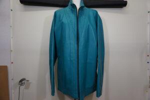 革のジャケットの色の変更依頼がありました。 クリーンから黒への染直しリペアです。